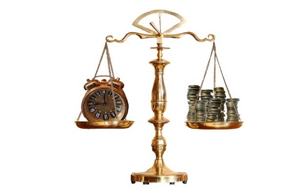 Scales money and time-423446_1280